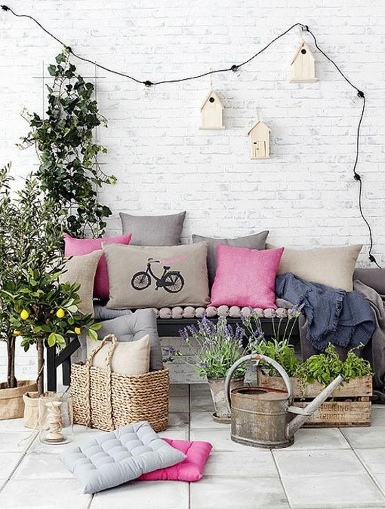 terrassengestaltung ideen entspannungsecke gestalten dekokissen wurfkissen bank pflanzen