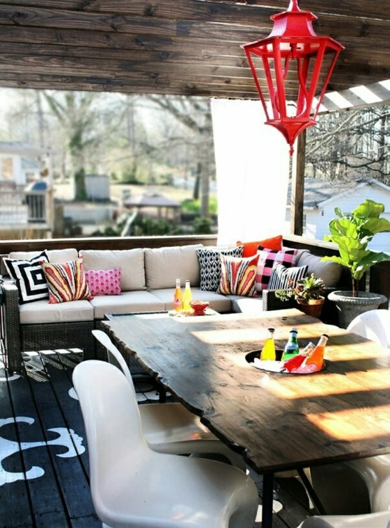 terrassengestaltung ideen korbmöbel sofa acrylstühle holztisch holzboden holzterrasse