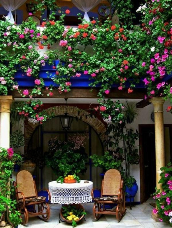 terrassengestaltung in bunte blumen gartenmöbel