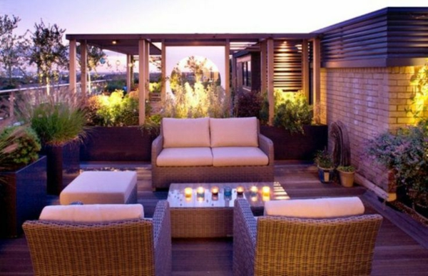 terrassengestaltung modern lila rattanmöbel kerzen