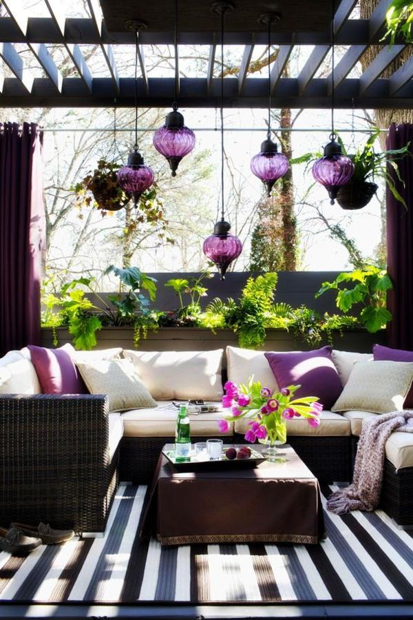 terrassengestaltung modern möbel rattan sofa lila designideen
