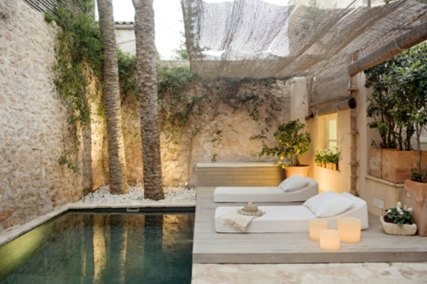 terrassengestaltung modern pool liegen kerzen dekoideen