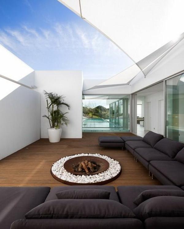 terrassengestaltung modern umschlossen feuerstelle sofa