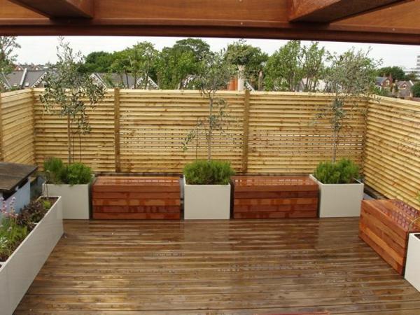 terrassensichtschutz holzboden terrassenholz pflanzen
