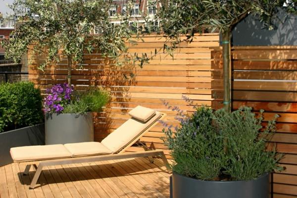 terrassensichtschutz holzterrasse liege pflanzen terrassenholz