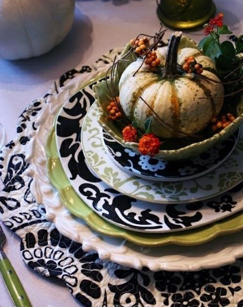 tischdeko für herbst teller muster schwarz weiß grün Ideen für Tischdeko im Herbst