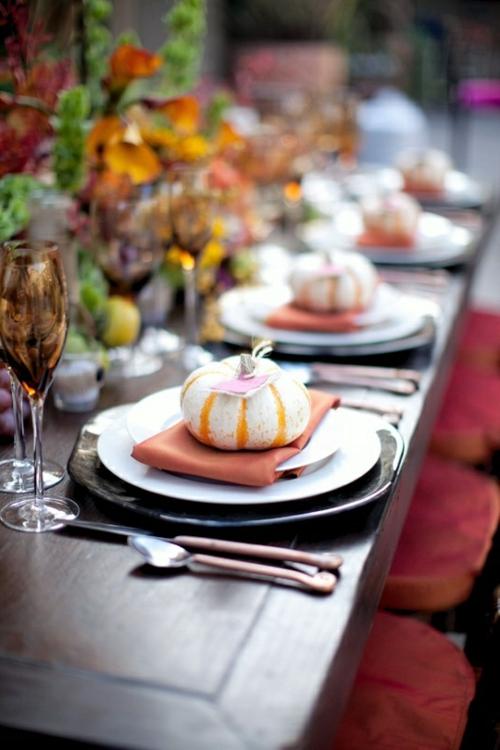 tischdeko herbstlich toll auffallend mini kürbis Ideen für Tischdeko im Herbst