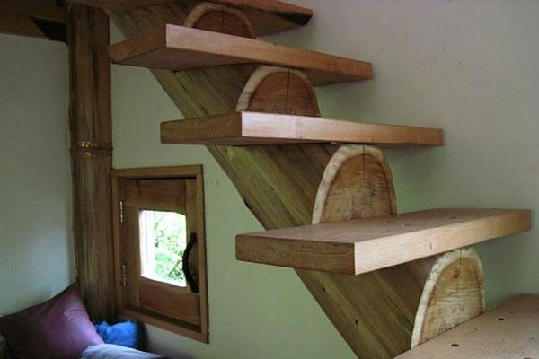 treppe schwebend massiv kissen bettzeug bunt stoff waldhaus
