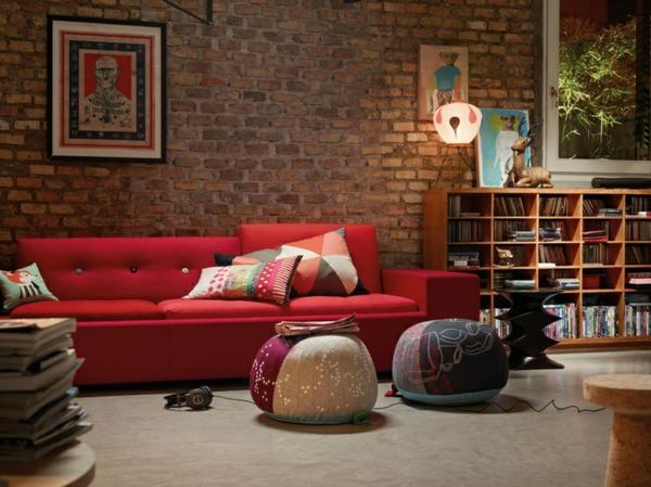 schöne wandfarben wohnzimmer ziegelwand rot sofa kissen hocker
