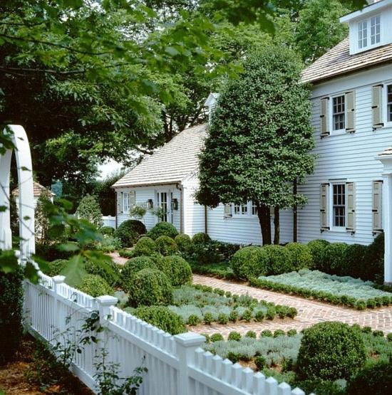 vorgarten gestalten zaun weiß grün harmonisch geordnet