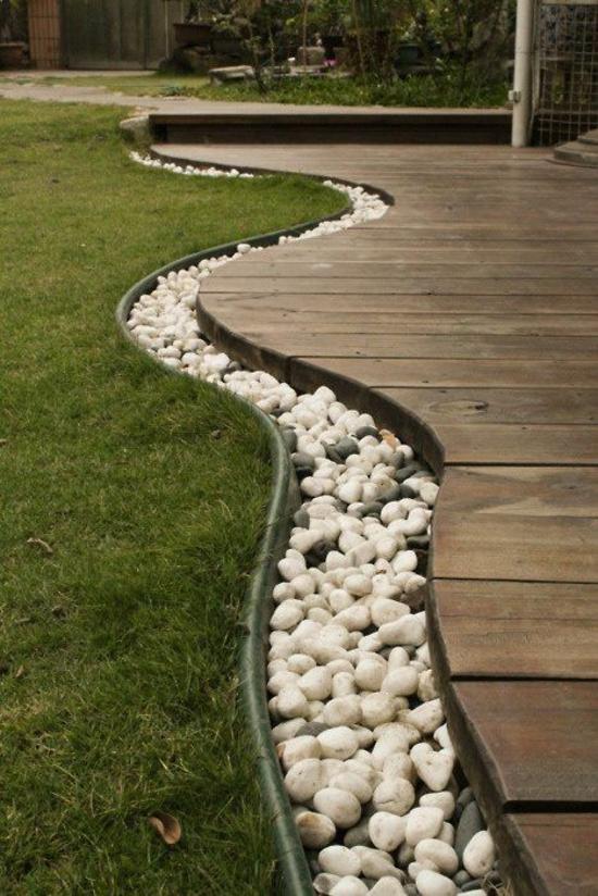 vorgartengestaltung beispiele holzboden veranda kieselsteine rasen