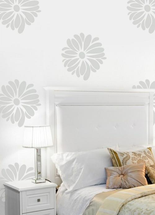 wandgestaltung schlafzimmer bett kopfteil weiß tapettenmuster einfarbig blumen