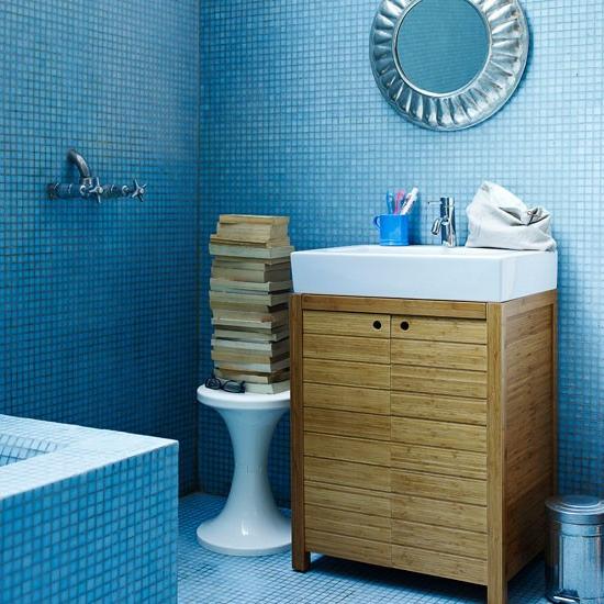 holz wandspiegel bücher waschbecken mit unterschrank