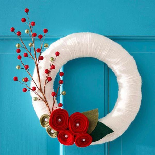 weißen kranz rote blumen dekoration für hauseingang