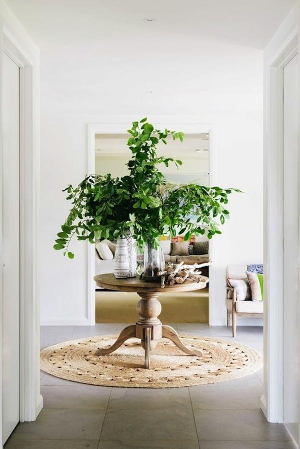 wohnideen für flur rundtisch grüne pflanzen bank