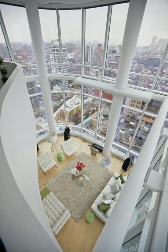 wohnzimmer apartment blick stadt glaswände möbel in weiß