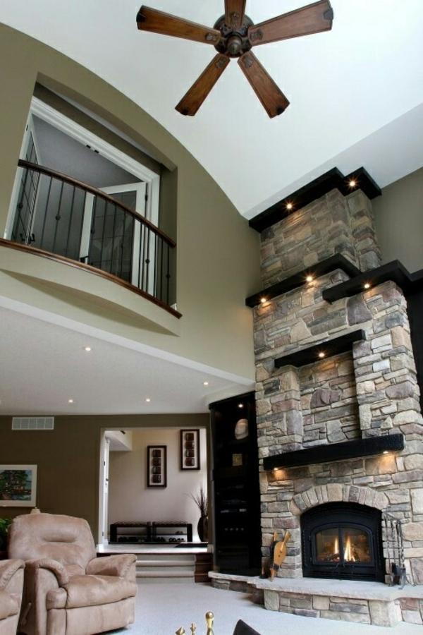 wohnzimmer einrichten steinwand kamin hohe decke