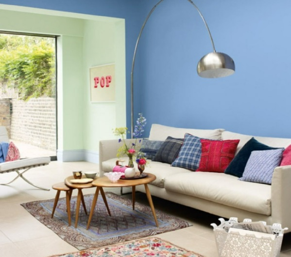 wohnzimmer groß weich sofa kissen blau wand gestaltung