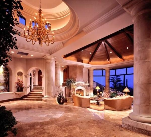 wohnzimmer großer raum kronleuchter sitzecke