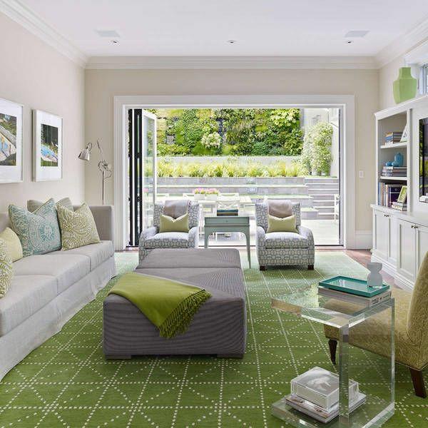 wohnzimmer luxuriös gestalten graue sitzecke glas beistelltisch