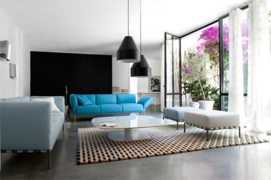 wohnzimmer modern gestalten blau weiß schwarz glastüre innengarten