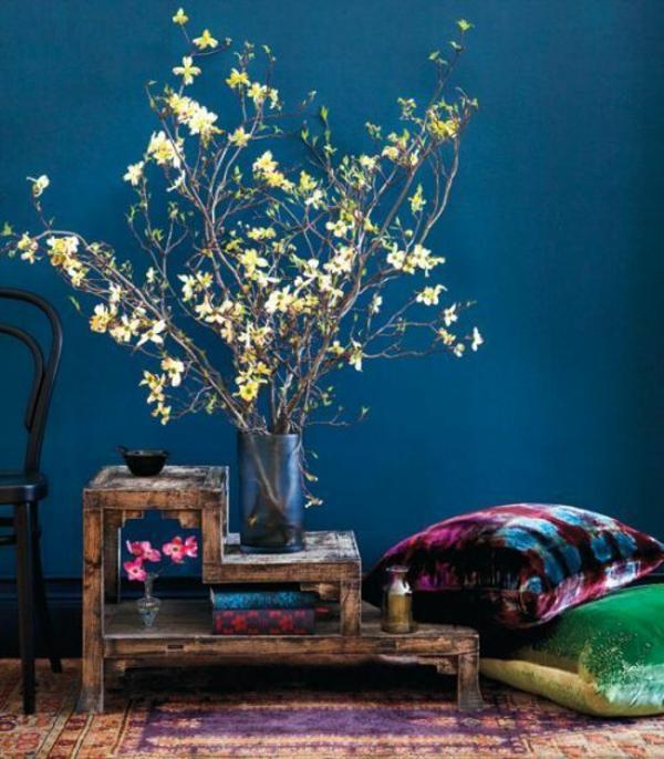 wohnzimmerecke stapelbar tisch holz dunkelblau farben