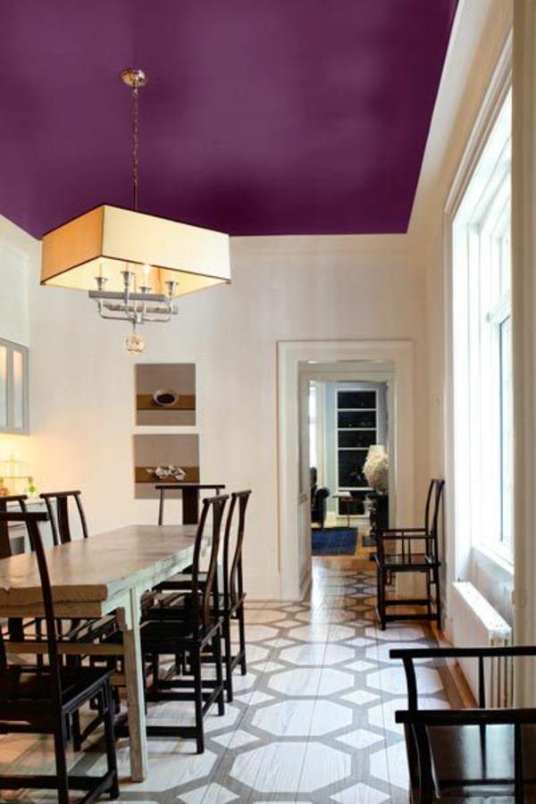 zimmerfarben ideen lila decke kronleuchter esstisch