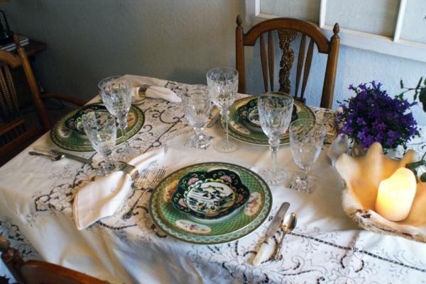 Attraktives Tafelservice aus Porzellan antik grün motive servietten