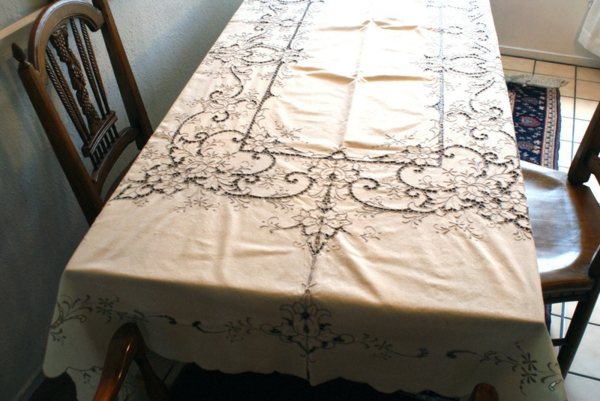 Attraktives Tafelservice aus Porzellan tischdecke dekoriert