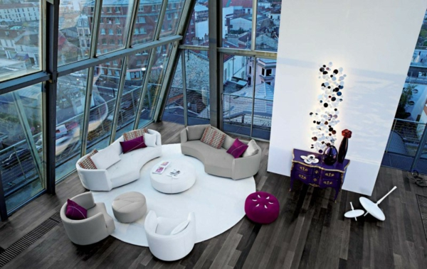 Wohnzimmer warm holz bodenbelag weiß rund teppich