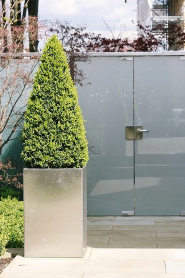 Gartendeko aus Metall und Rost industriell pflanzkübel