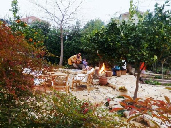 Gartengestaltung ideen sitzecke rattan gartenmöbel feuerstelle
