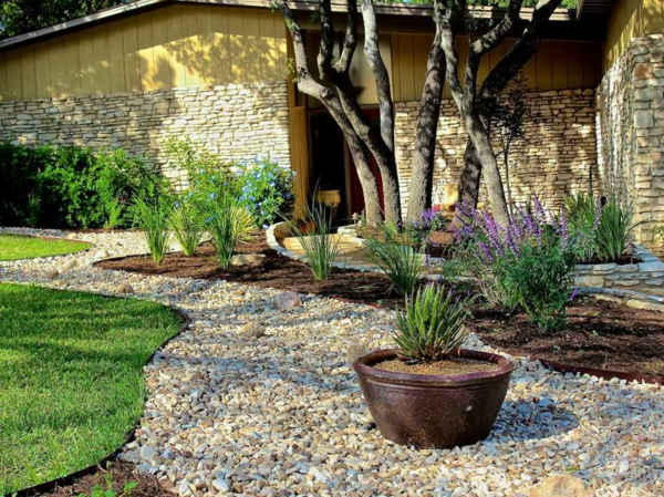 Gartengestaltung mit Kies und Steinen pflanzen blumentöpfe