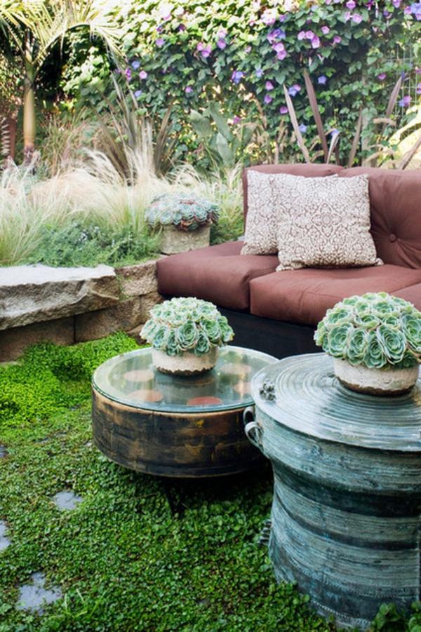 Ideen für Gartengestaltung entspannungsecke sofa dekokissen couchtisch