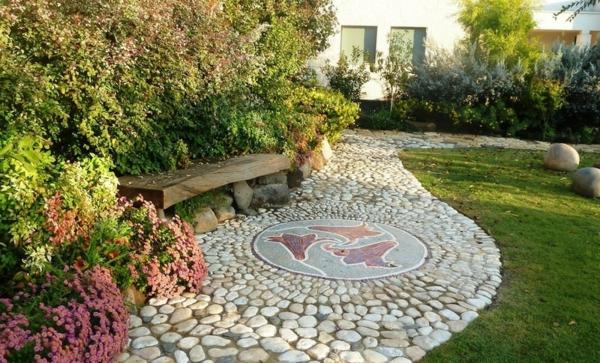Ideen für Gartengestaltung gartenbank holzbank rasen kieselsteine mosaik