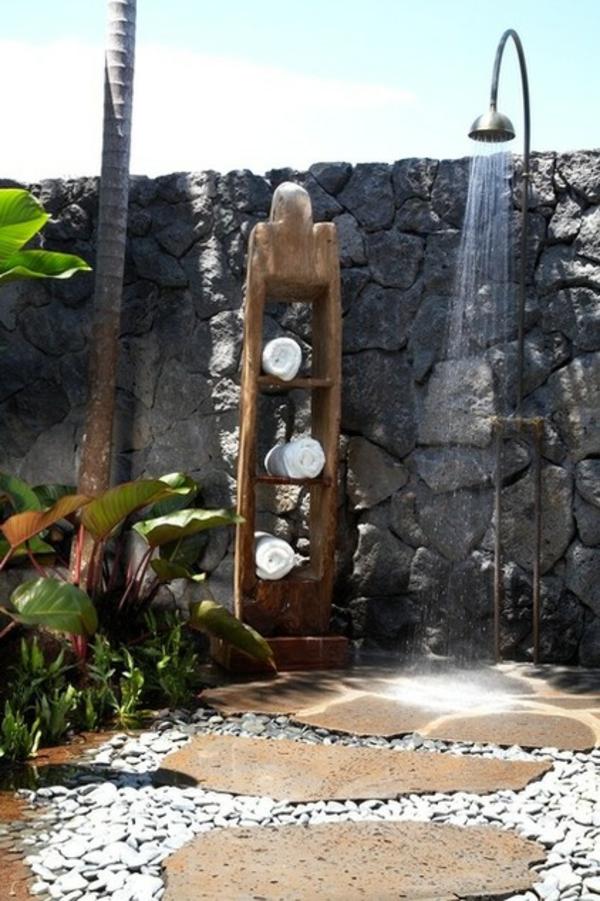 Ideen für Gartengestaltung gartendusche kies natursteine zaun