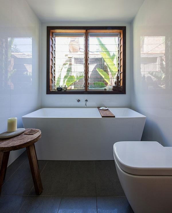 badewanne unter dem fenster wohn design. Black Bedroom Furniture Sets. Home Design Ideas