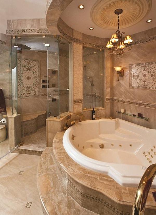 Luxus badezimmer design eingebaute wanne gold akzente