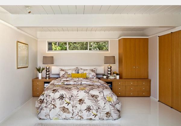 Schlafzimmer im Keller einrichten blumenmuster bettwäsche kleiderschrank