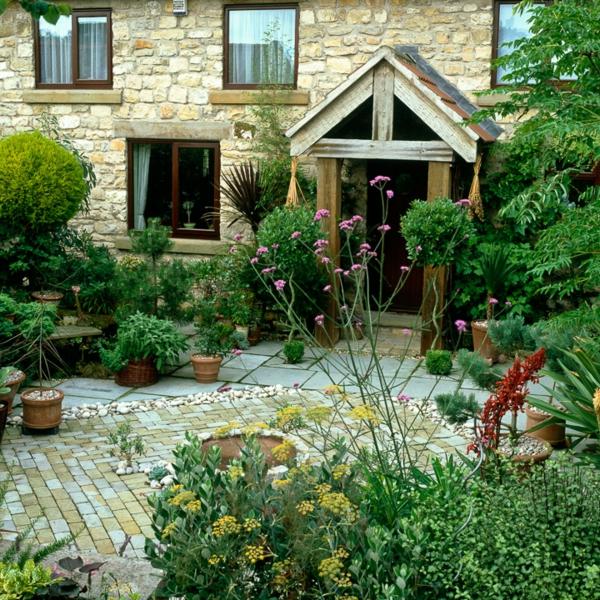 ferienhaus vorgarten vordach spitze zackig steinplatten