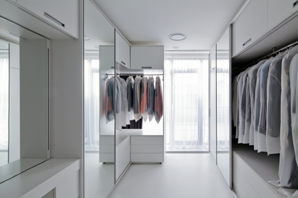 ankleiderraum begehbarer kleiderschrank planen regalsysteme spiegelwände