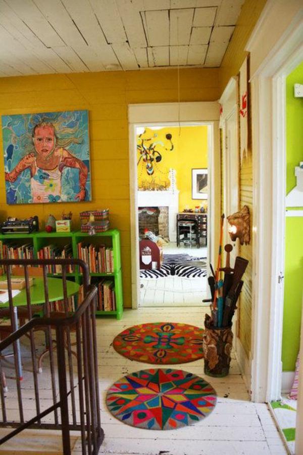art dekoration im flur gelbe wände malerei bunte teppiche