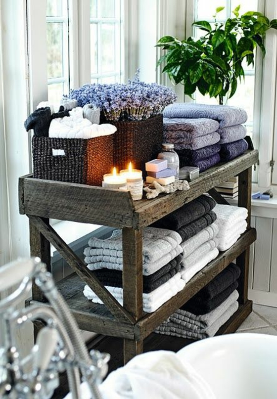 badezimmer einrichten badewanne rustikales holzregal für tücher kerzen