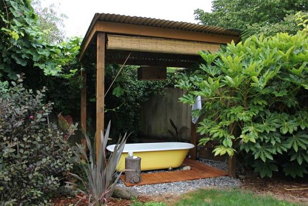 badezimmer im freien gelbe freistehende badewanne pergola