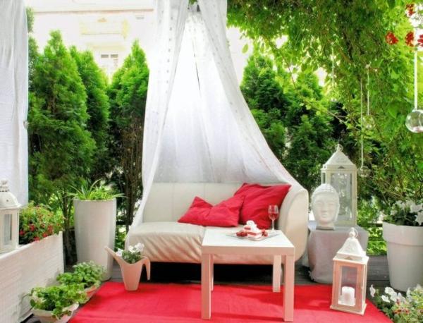 balkon ideen himmelsofa skulptur roter teppich möbel