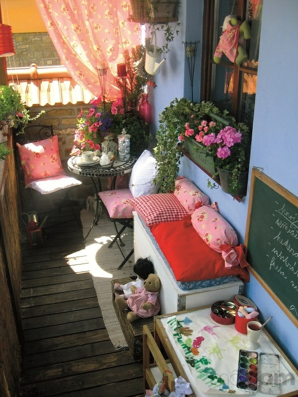 balkongarten pflanzen rundtisch sitzecke dekoideen