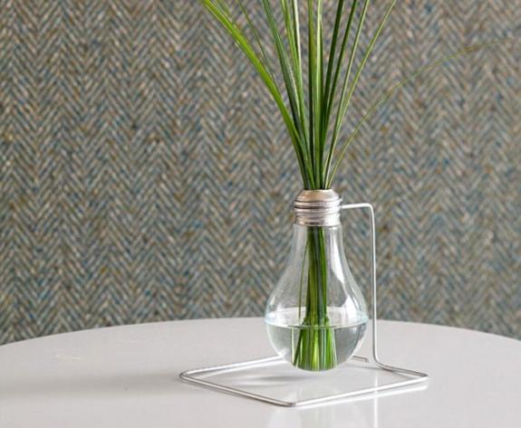 bastelideen für erwachsene alte glühbirne vase mit ständer