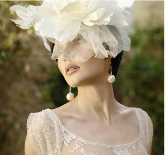 brautfrisuren für kurze haare mit blumen perlen ohrringe