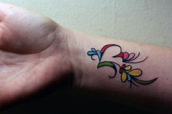 bunte tattoo am handgelenk ideen farbig