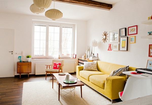 couchtisch beistelltisch gelb sofa kissen gemälde wanddeko